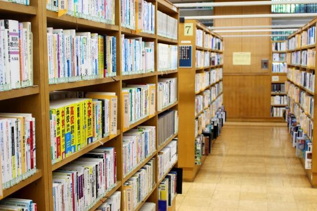 見知らぬ街の図書館で勉強